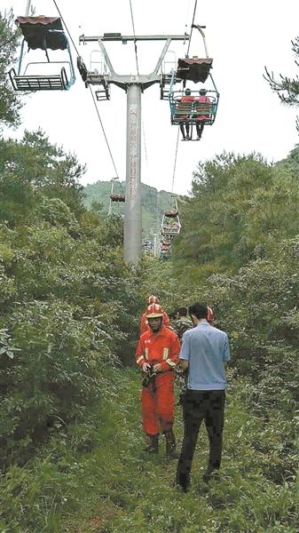 索道停电游客被困半空中。 陆吉坤摄