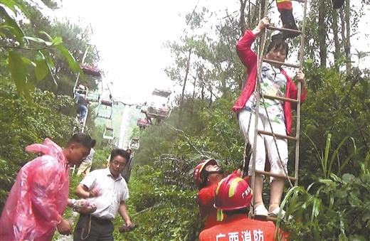 消防员营救被困游客。 韩攀攀摄