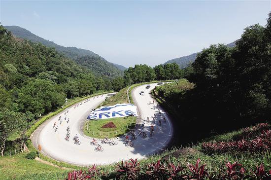 环岛赛选手经过五指山曲折回转的S形山路。