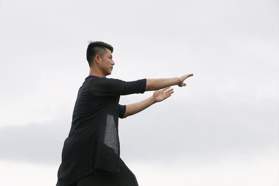 周小媛老师在茶园展示太极瑜伽