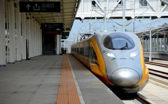 2017年6月20日,一列高速综合检测列车驶出西成高铁汉中站