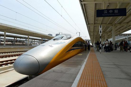 2017年6月20日,一列高速综合检测列车到达西成高铁汉中站