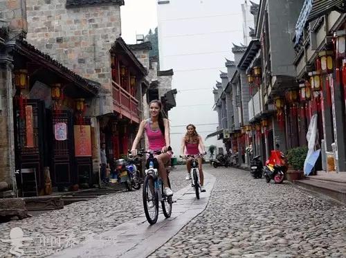 骑行在古城的石板路上