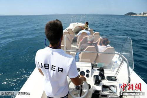 UberBOAT的船员在亚得里亚海驾驶船只。