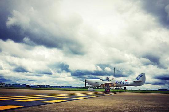 该架DL-2L轻型飞机生产制造商云南弥勒浩翔科技有限公司成立于2007年,位于云南省红河州弥勒市境内,是致力于中国梦航空梦的民营企业。主要研发和生产航模以及航空发动机,产品遍布全球,被广泛运用于航模运动、航空运动以及无人机。2013年该公司启动双座飞机研发项目,从基础零件设计到飞机模具制作、精密配件加工均由公司内部独立完成。2014年3月正式向中国民用航空西南地区管理局适航审定处提交型号设计批准书申请。历时3年时间的研发与适航取证程序,民航西南局适航处适航监察员严格按照民航局《轻型运动型航空器生产批准