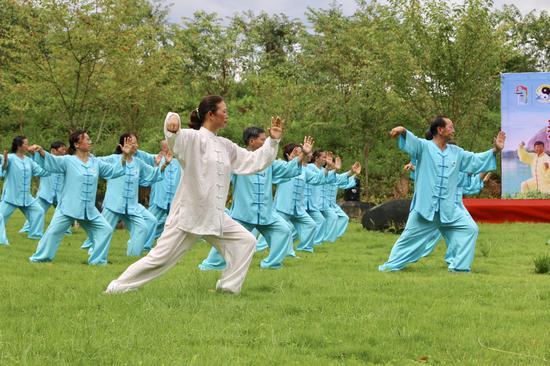 太极爱好者在境元茶山展示太极