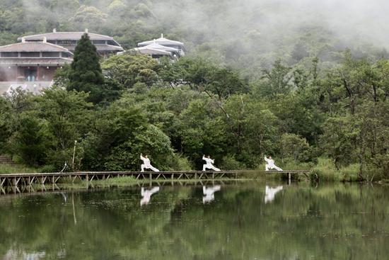 太极爱好者在泰宁峨嵋峰庆云寺展示太极