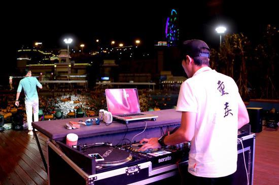 玛雅海滩DJ与游客互动狂欢