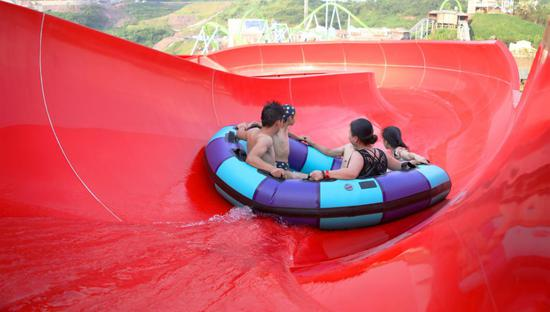 游客乘坐皮筏体验天地滑道的刺激与欢乐