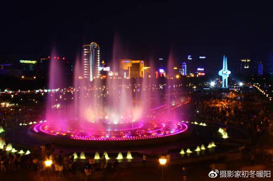 夜晚泉城广场美丽的音乐喷泉