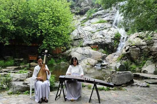 九如山瀑布前的古筝琵琶合奏