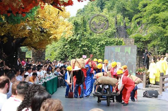 景舞台上生动演绎,逾千名演艺人员共同参演