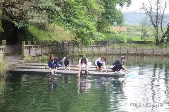 池塘边洗衣服