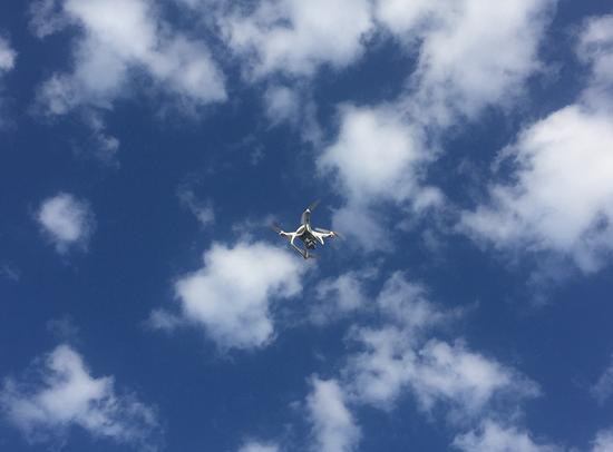参赛选手的无人机在嘉荫恐龙国家地址公园上空拍摄