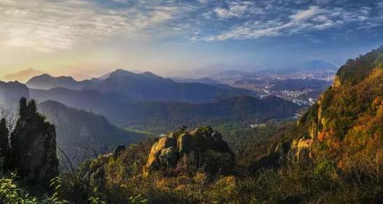 绝壁天梯马仁奇峰 体验超刺激的悬空玻璃栈道