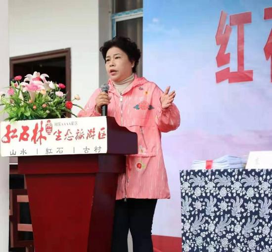 华夏投资集团董事长钟飞女士致辞