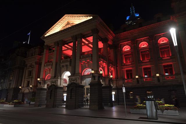 休戚与共 澳洲维多利亚州标志性建筑点亮中国红
