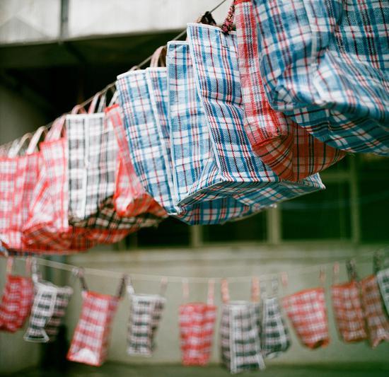 源于深水埗的经典红白蓝尼袋,成为了不少国际顶尖品牌趋之若鹜的元素(图片来源:香港旅游发展局)