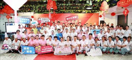 三亚湾红树林度假世界开业七周年员工合影