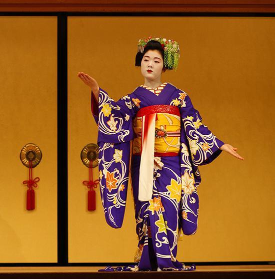 """""""祇园角""""活动中的京舞表演,表演者是祇园的舞伎和艺伎。东方IC 图"""
