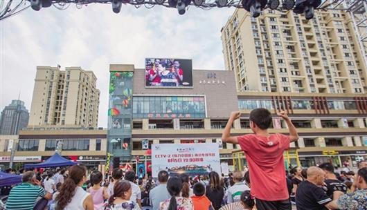8月5日,市民在南商广场观看《魅力中国城》南川竞演。记者 甘昊旻 摄