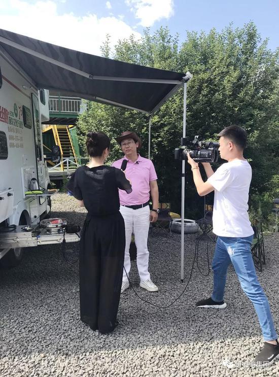 7月17日,在奥伦布坎营地,伊宅购创始人兼CEO谭远程先生接受阿尔山电视台的专访