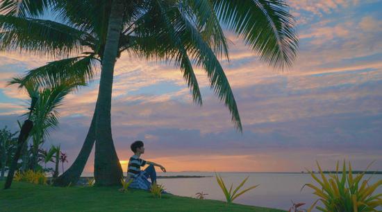 罗云熙在斐济海滩享受简单的快乐