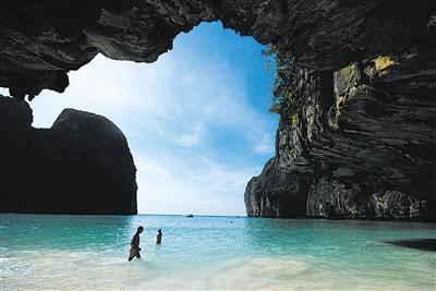 泰国政府28日宣布,出于恢复海洋生态环境的考虑,南部旅游胜地皮皮岛的玛雅海滩今年6月起每年向游客关闭4个月。