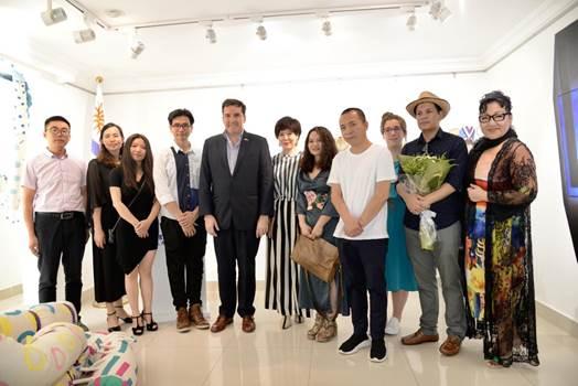 乌拉圭驻华大使费尔南多·卢格里斯 与展览主创人员合影