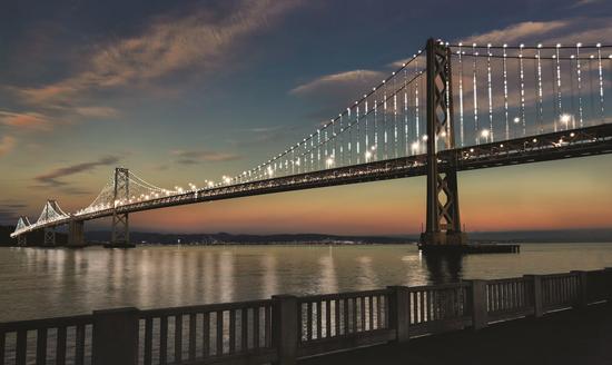 旧金山海湾大桥为所有新冠疫情逝者亮灯