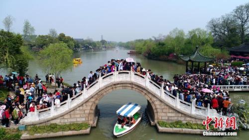 资料图:瘦西湖二十四桥上人挤人。孟德龙 摄