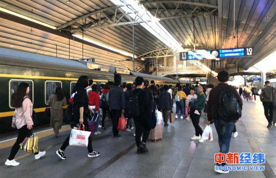 资料图:旅客乘坐火车。中新经纬 熊家丽摄