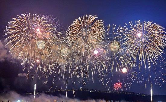 10月1日,长沙市庆祝中华人民共和国成立70周年焰火晚会在橘子洲焰火广场举行