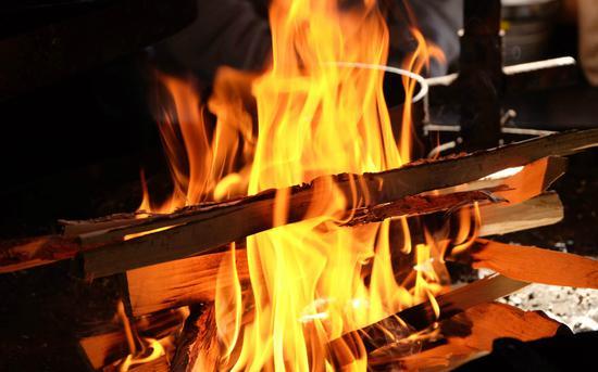 燃起的篝火