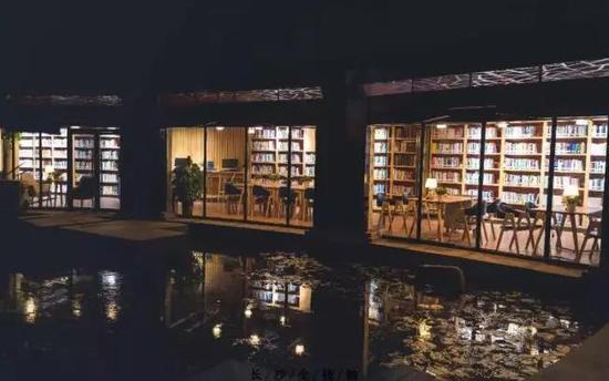 夜晚的书店静谧典雅