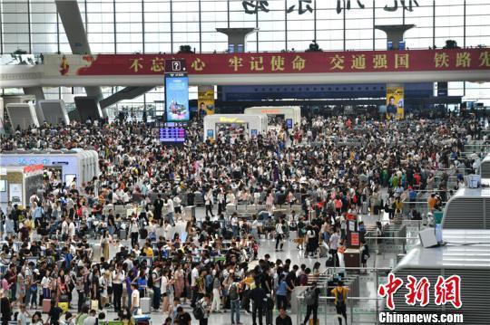 杭州东站内景。 张煜欢 摄