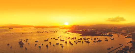 在天际100与家人共同鸟瞰洒满余晖的维港(图片来源:香港旅游发展局)
