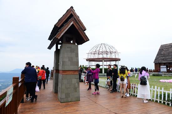 中外游客在三亚亚龙湾热带天堂森林旅游区参观游览的情景。(黄庆优摄)