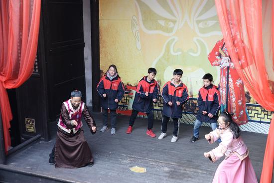 """学生在""""天钧戏院""""学习非物质文化遗产 """"沅江编排号子"""""""