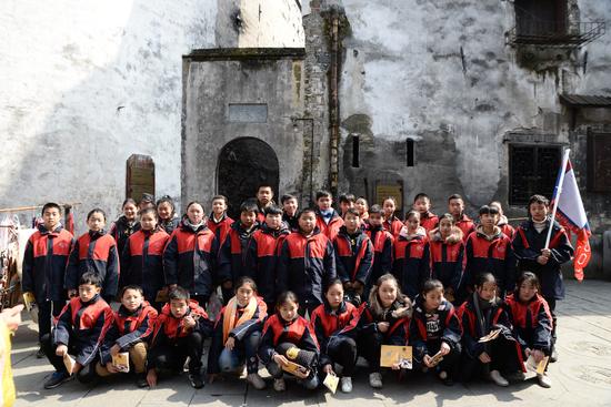 参与研学旅行的学生在古商城中合影留念