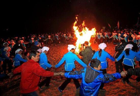 当地村民与游人们围绕篝火热情起舞 图:周恩革