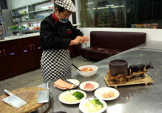 """厨师现场制作""""鸡茸"""""""