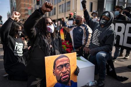 """跪杀黑人警察被判刑,美国警察从此不再""""草菅人命""""吗?"""