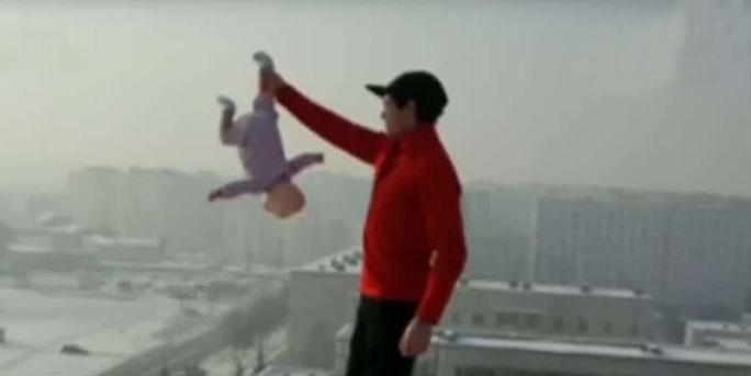 """不愧是""""战斗民族""""!老爸天台上单手悬空倒抓3个月大女婴"""
