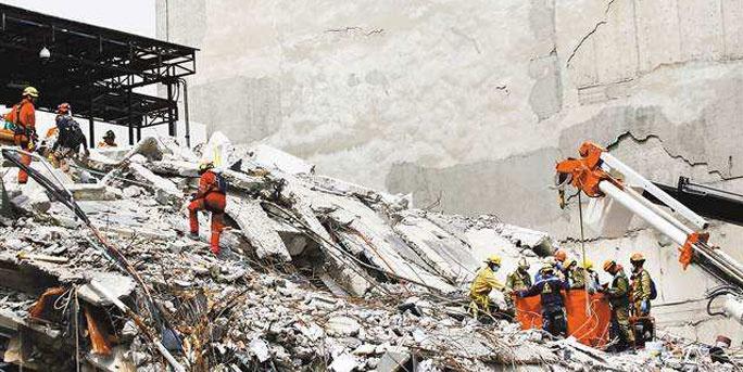 大地震后2名孩子劫后余生 一堵墙救了他们