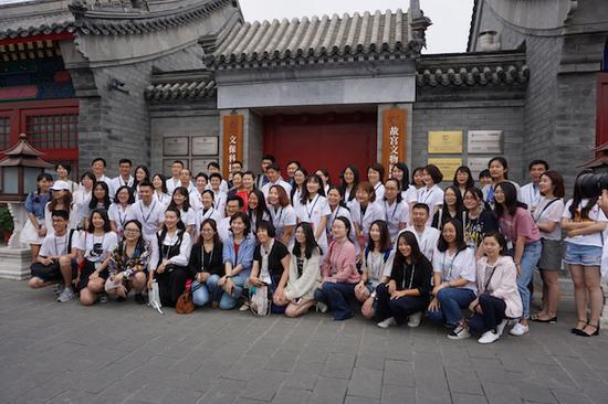 志愿者和首批观众与单院长在文物医院门口合影