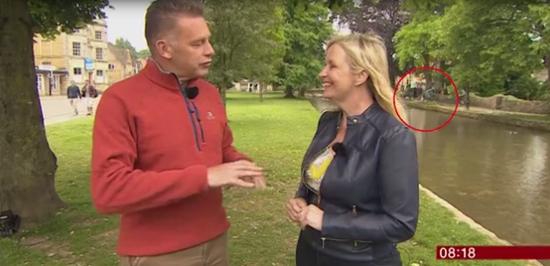 视频:BBC直播时 河对面有人把朋友推下了水