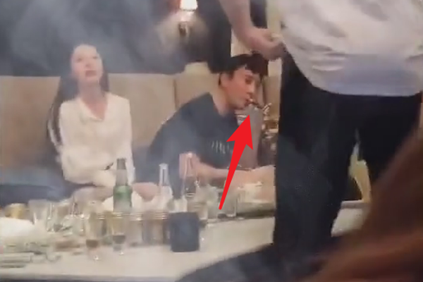 """组图:王思聪KTV唱歌猛吸烟 身边陪伴""""无眉女""""与昔日网红差距大"""