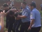 实拍男子枪击警察后逃逸