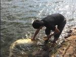 实拍男子钓起60斤重大鲶鱼
